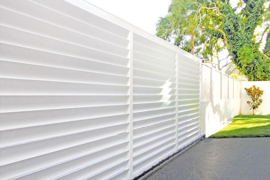 outdoor aluminium louvred screen